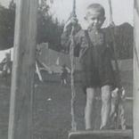 Мальчик на качелях, 1948 детский садик, детские фигурки на заднем плане, фото №5