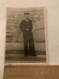 Моряк возле стены 50х годов подписаная, фото №2