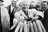 Никите Хрущеву вручают венок из кукурузы в одном из колхозов Украины, 1963 г, фото №2