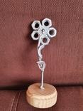 Цветок из гаек на деревянной подставке, фото №4