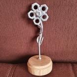 Цветок из гаек на деревянной подставке, фото №2