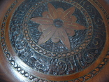 Резная настенная тарелка с латунными вставками, фото №3