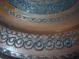 Резная настенная тарелка с латунными вставками, фото №5