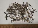 Разные мелкие детали механизмов наручных часов из ящика часовщика, фото №2