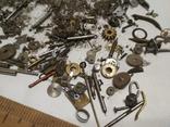 Разные мелкие детали механизмов наручных часов из ящика часовщика, фото №4