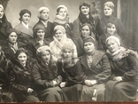Одесса Девушки в модных нарядах Шляпки Береты Лисьи воротники Мех, фото №6
