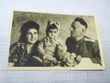 Семейное фото в военным. 135х87мм, фото №2