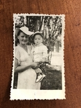 Мама в модной шляпе Ребёнок в кепке Игрушка попугай, фото №3