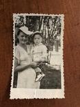 Мама в модной шляпе Ребёнок в кепке Игрушка попугай, фото №4
