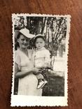 Мама в модной шляпе Ребёнок в кепке Игрушка попугай, фото №6