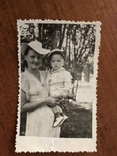 Мама в модной шляпе Ребёнок в кепке Игрушка попугай, фото №7