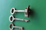 Ключи старинные с надписями с частью замка, фото №2