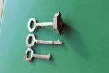 Ключи старинные с надписями с частью замка, фото №3