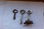 Ключи старинные с надписями с частью замка, фото №4