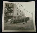 Строй солдат Вермахта с офицером. Развевающийся Военный флаг со свастикой, фото №2