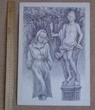 Женщина на фоне парковой скульптуры, фото №2