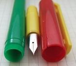 Разноцветная перьевая ручка. Пишет довольно мягко, тонко и насыщенно, фото №8