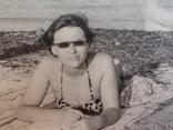 7. Девушка загорает,очки 60 - е, фото №2