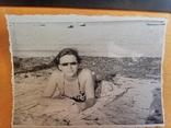 7. Девушка загорает,очки 60 - е, фото №4