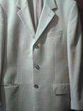 Пиджак жёлтого цвета в коричневую клетку.