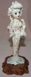 Китайская старинная фигурка женщины из фарфора