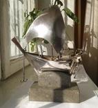 Серебряный парусник на каменной подставке
