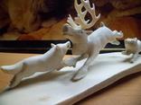''Охота на оленя'' кость,клык моржа. Ручная работа. 1975 год (в связи с не выкупом)