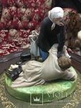 """Статуэтка Гарднер """"Крестьянка с ребёнком поднимающая пьяного мужа"""", 1880гг"""