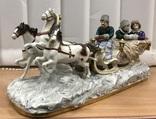 Большая карета запряжена тройкой лошадей. Старая Германия.