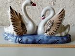 Стара статуетка лебедів