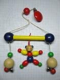Деревяная игрушка с прищепкой и колокольчиками на коляску, фото №2