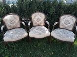 Старі крісла, потребують реставрації