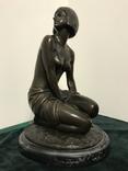 """Бронзовая статуэтка """"Сидящая девушка"""". Европа."""