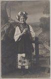 Українська дівчина з дукачем, вінком, бусами