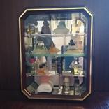 Винтажные духи миниатюры в зеркальной витрине, 14 флаконов