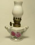 Миниатюрная фарфоровая керосиновая лампа с плафоном из молочного стекла.
