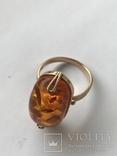 Золотое кольцо с янтарным камнем photo 1