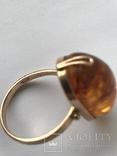 Золотое кольцо с янтарным камнем photo 3