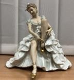 Балерина завязывает пуант. Wallendorf. Высота 26 см (большая)