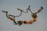 Браслет с оранжевыми бусинками и бабочками, фото №2