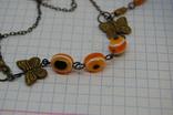 Браслет с оранжевыми бусинками и бабочками, фото №3