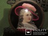 """164. Портретная миниатюра """"Девушка в шляпе"""", живопись на фарфоре, позолота, XIX век photo 3"""