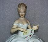 18. Фарфор. Германия. Wallendorf. Валлендорф. Балерина. Девушка на пуфе с веером., фото №3
