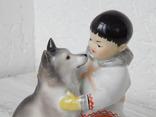 """Фигурка """"Мальчик-якут с собакой"""" ЛФЗ, экспортное клеймо: Made in USSR (целая). фото 2"""