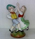 Фарфор. Старая Германия. Мальчик танцует с девочкой. Дети. Н-22,5 см.