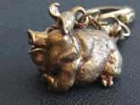 Свинья веселая коллекционная миниатюра бронза брелок, фото №3