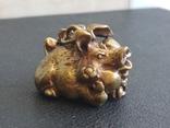 Свинья веселая коллекционная миниатюра бронза брелок, фото №2