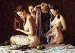 Три красивых девушки слушают антикварное радио., фото №2