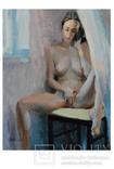 Обнаженная девушка сидит у окна на табуретке., фото №2