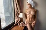 Блондинка смотрит в окно., фото №2
